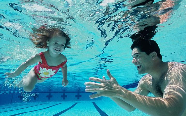 Ребенок учится плавать