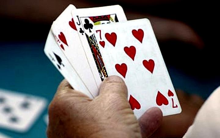 Kak igrat v samuiu populiarnuiy kartochnuiy igru?