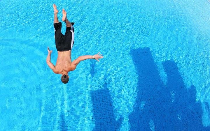 Прыжок в бассейне