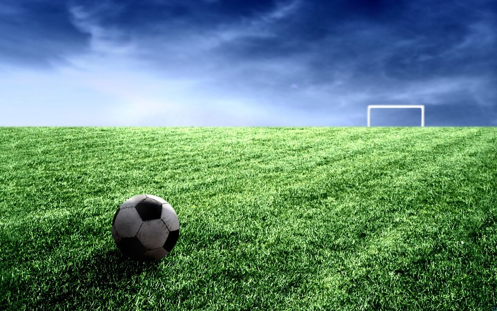 футбольное поле с мячом