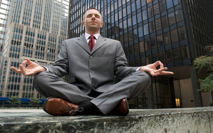 Полезные упражнения йоги при сидячей работе