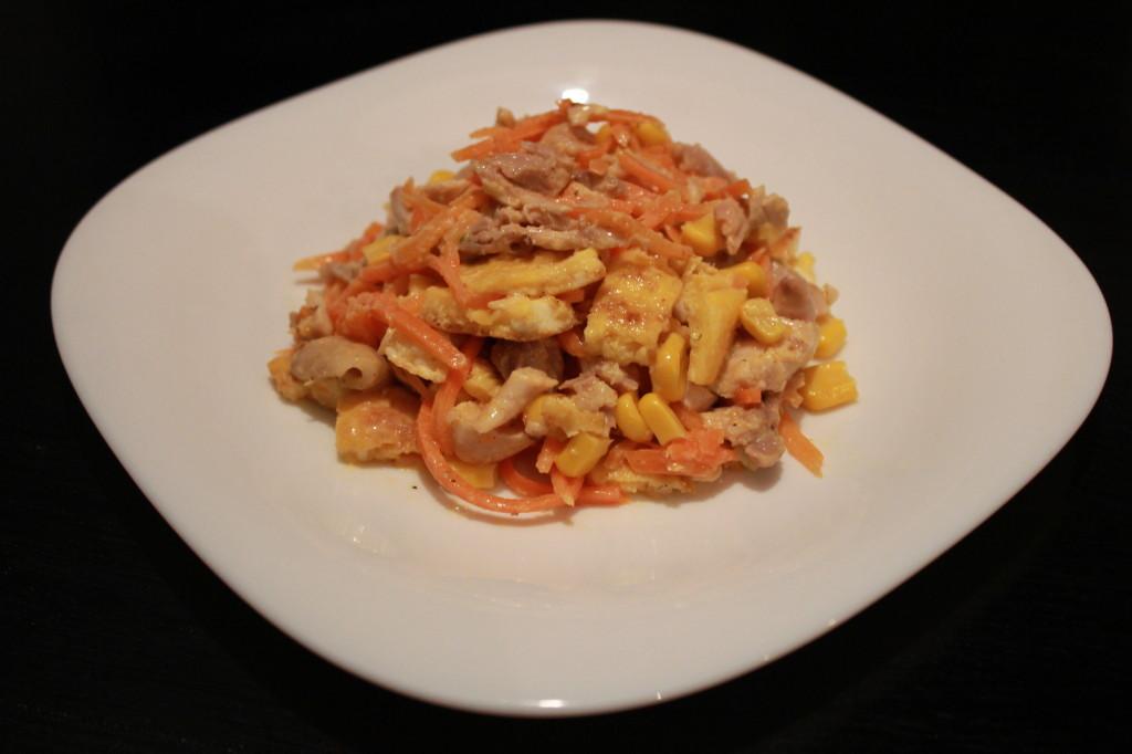 Как приготовить теплый салат с курицей, омлетом, корейской морковкой и кукурузой