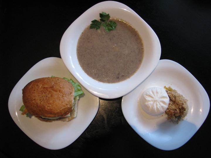 Грибной суп-пюре, гамбургер, и яблочный крамбл