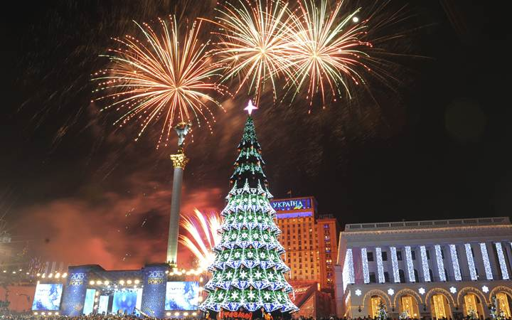 В Киеве началась установка главной новогодней елки страны