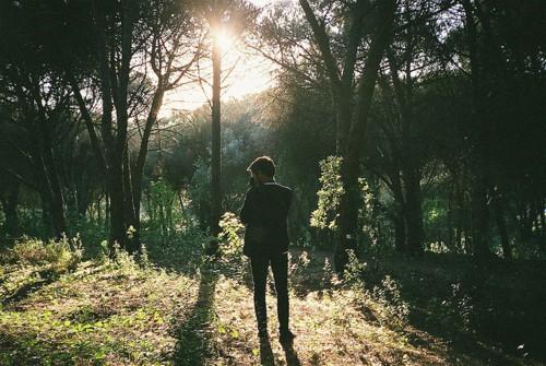 парня в лесу