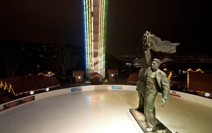 В Киеве открылся праздничный каток
