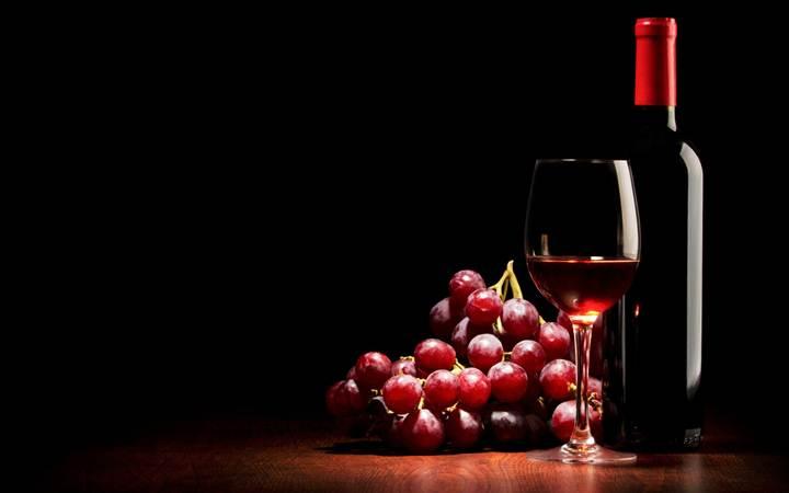 Названо еще одно полезное свойство красного вина