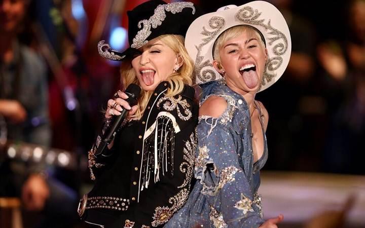 Майли Сайрус отшлепала Мадонну