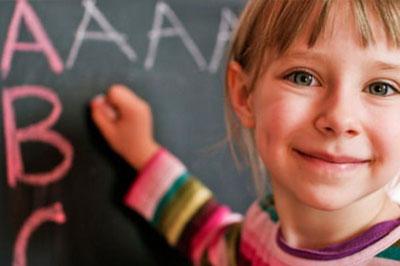 Ребенок учит алфавит