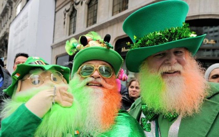 Ряженые лепреконы на параде в честь дня святого Патрика