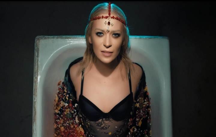 "ALLOISE презентовала новый клип на песню ""Tell me of fire"""