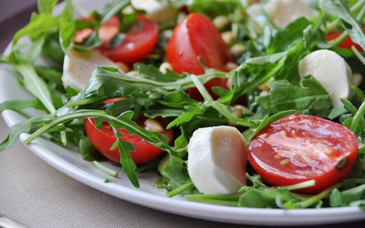 Салат из креветок, адыгейского сыра и кукурузы