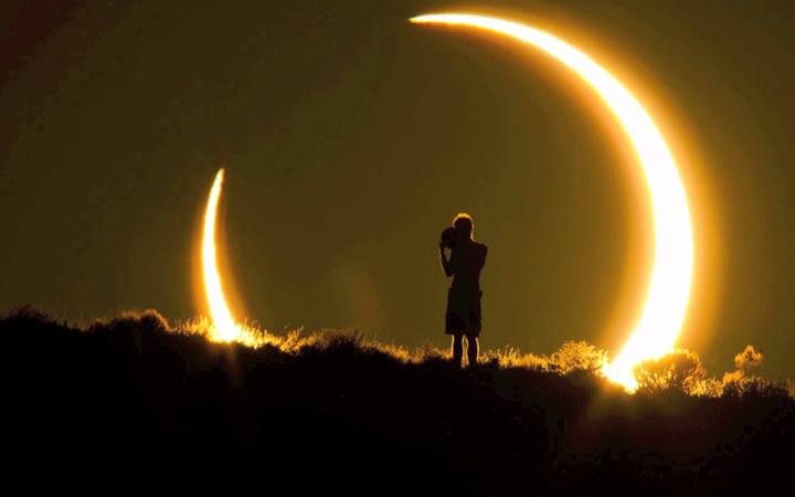 Наблюдать солнечное затмение нужно правильно