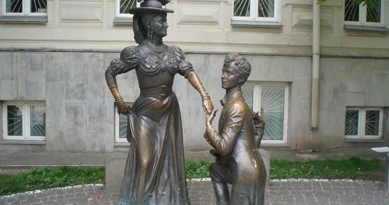 Памятник «За двумя зайцами»
