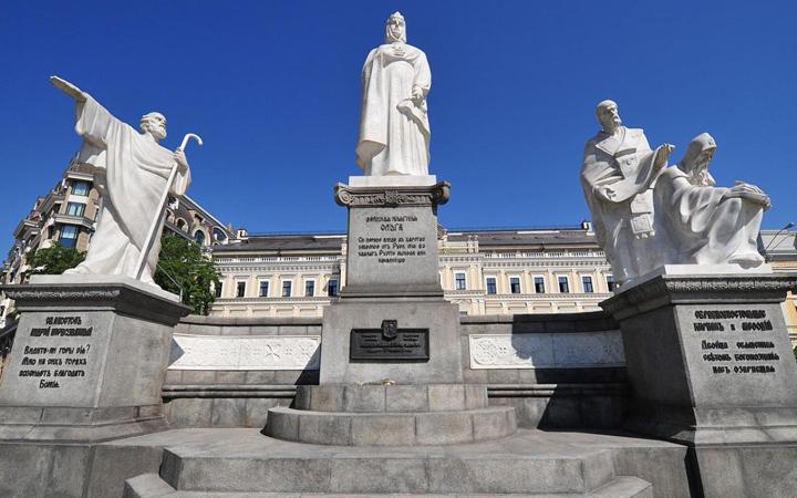 Михайловская площадь. Памятник Ольге
