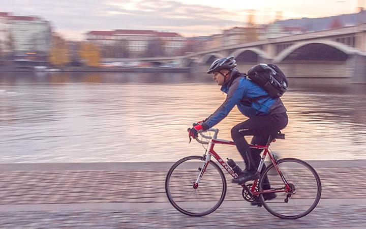 Веломаршрут. Велопрогулка вдоль Днепра. Велосипед. Парень на велосипеде
