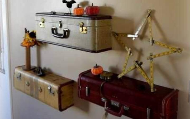 Полки из чемоданов