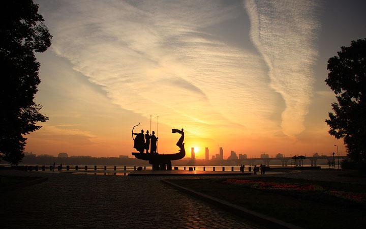 Романтические места Киева. Памятник основателям Киева